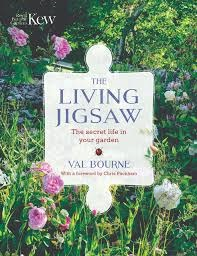 The living jigsaw : the secret life in your garden / Val Bourne ; with a foreward by Chris Packham and photography by Marianne Majerus.